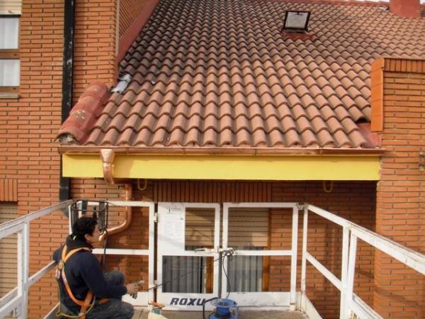 Tejados rehabilitacion de edificios reformas oviedo - Como colocar un canalon ...
